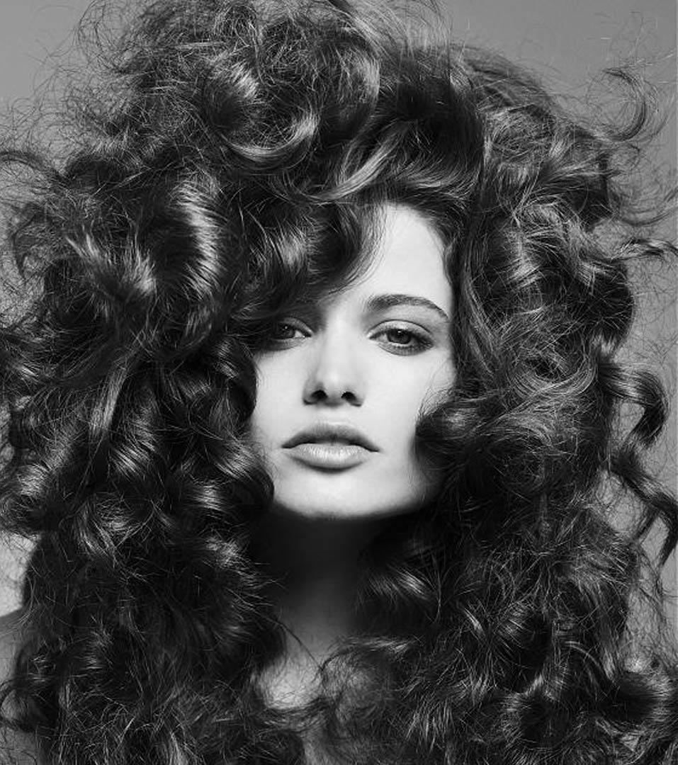 Прически на средние кудрявые пышные волосы